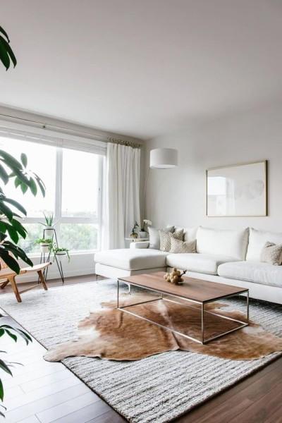 Sala minimalista com sofá branco e tapete