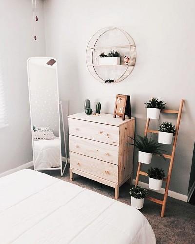 Decoração minimalista com cômoda e escada de madeira