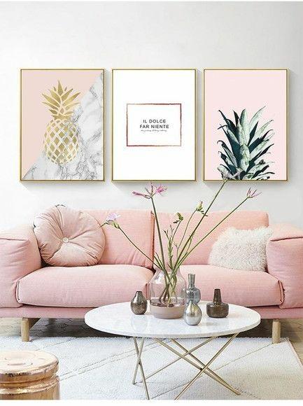 Sala com Sofá rosa e quadros grandes na parede