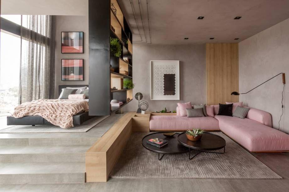 sofá rosa em loft com parede cinza