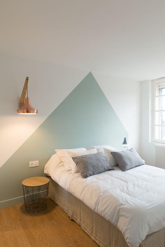 Quarto com pintura de parede criativa triangular