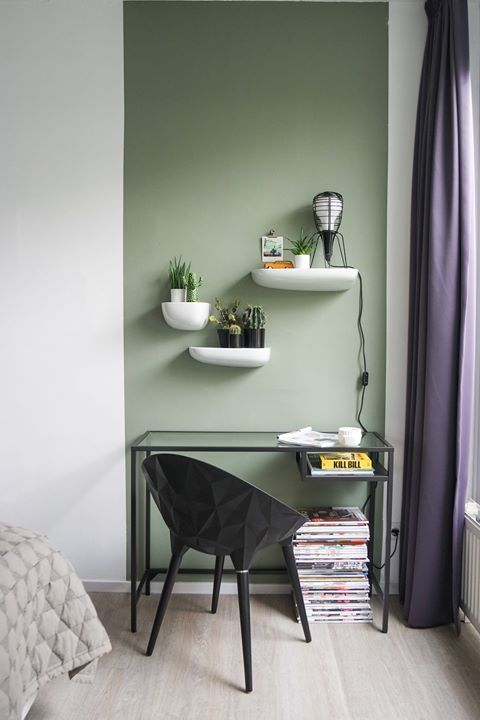 Pinturas de paredes diferentes - pequeno home office com pintura retangular.