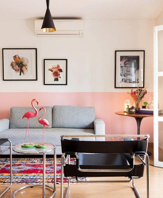 Sala com parede pintada de rosa da metade para baixo - Pinturas de Paredes Diferentes