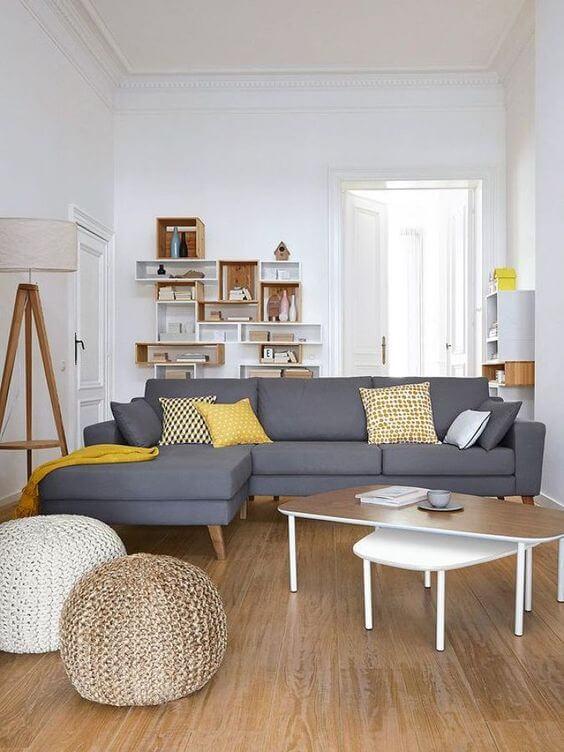 decoração de sala cinza e amarela
