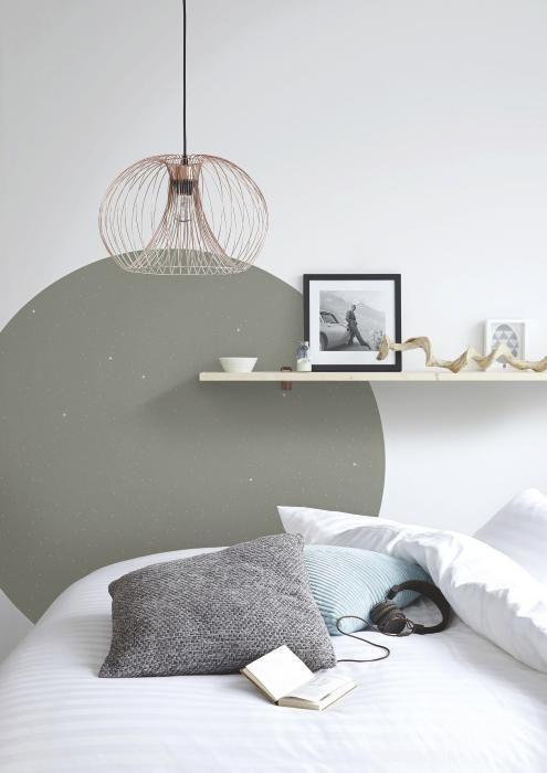 Pinturas de paredes diferentes - Quarto com pintura na parede em formato circular cinza.