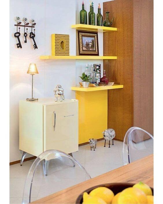 decoração amarela para sala prateleira