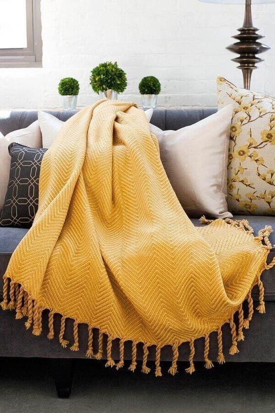 decoração amarela para sala com manta