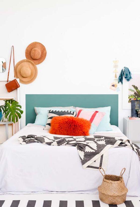 Pinturas de paredes diferentes - Cabeceira de cama em formato retangular.