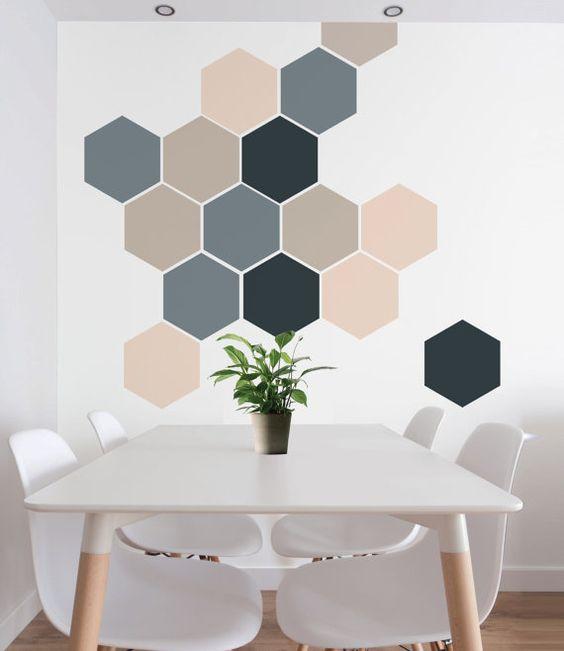 Sala de jantar com pintura de parede geométrica hexagonal.