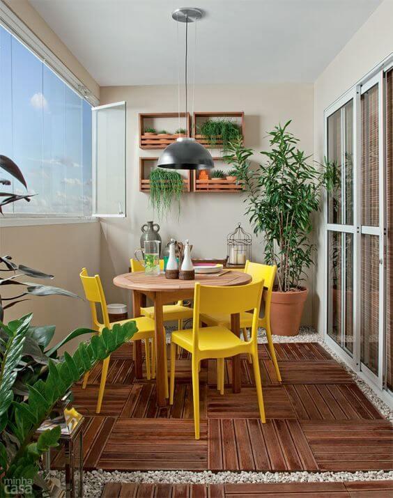 decoração amarela para sala cadeiras varanda