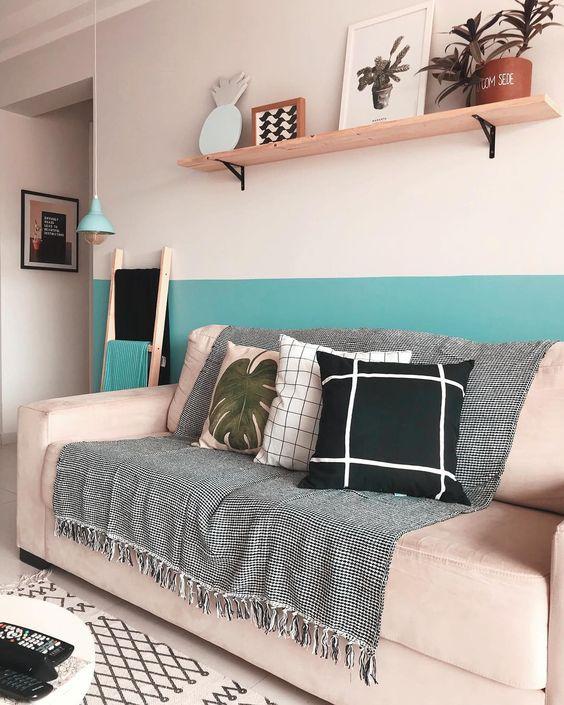 Sala com sofá rosa e metade da parede pintada de azul claro - Pinturas de Paredes Diferentes