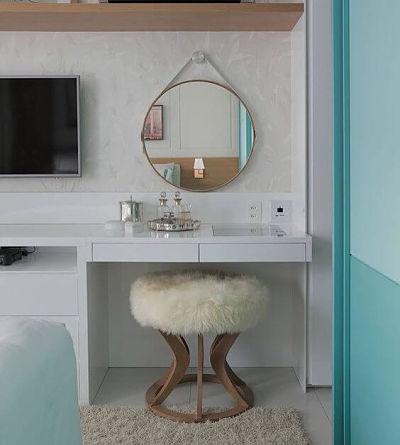 Penteadeira Planejada no quarto com Espelho Redondo e banqueta