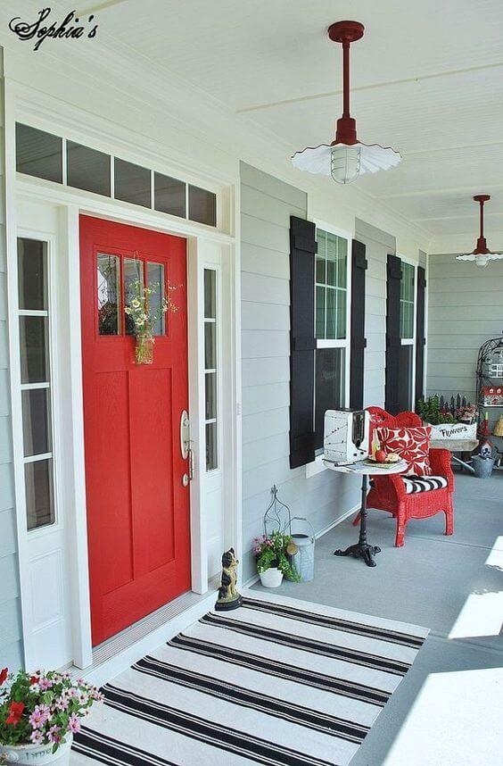frente de casa com porta externa vermelha