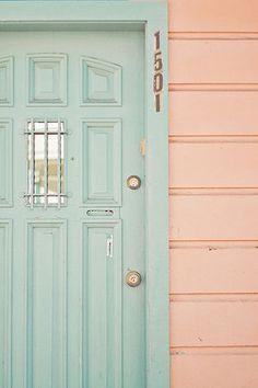 portas verde com parede rosa