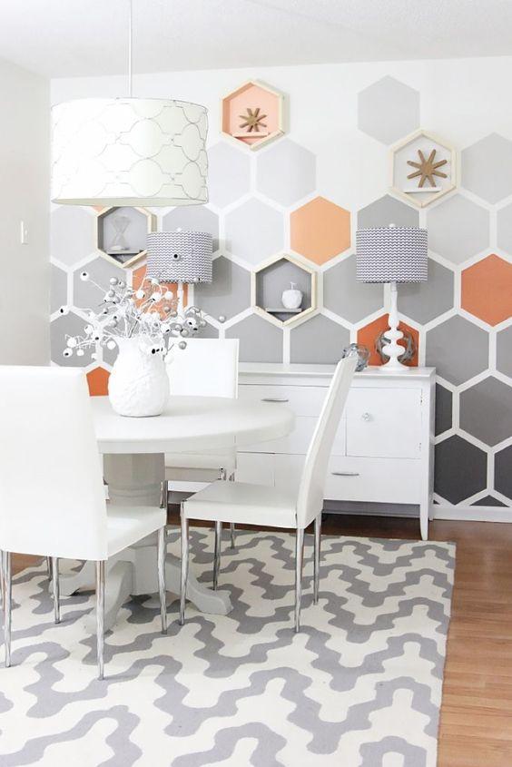 Pinturas de paredes diferentes - Sala de jantar com pintura de parede geométrica hexagonal.