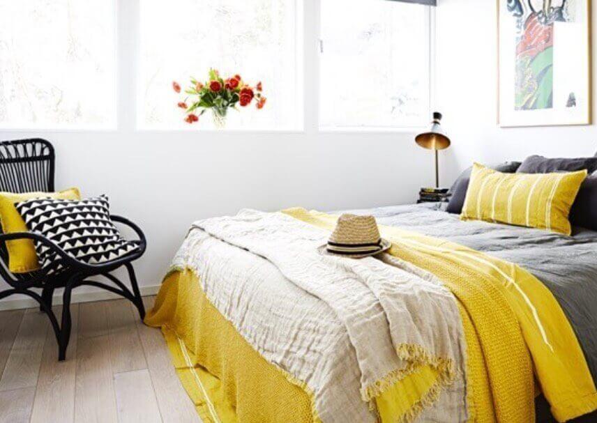decoração amarela para sala e quarto com manta