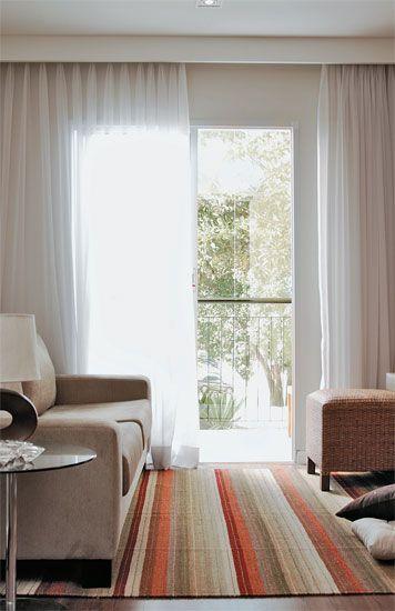 cortina branca leve na sala