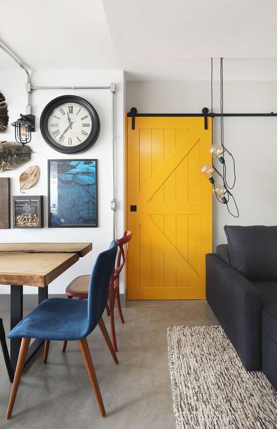 decoração amarela para sala porta pintada