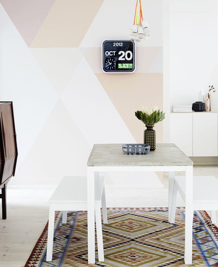 Pinturas de paredes diferentes - Cozinha com pintura na parede geométrica de triângulos.