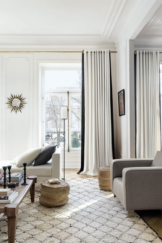 cortinas branca e preta na sala combinando com almofadas