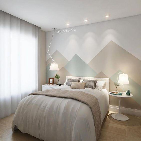 Decoração de quarto de casal simples com cortina e pintura geométrica