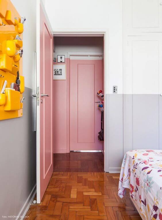 portas coloridas rosa claro