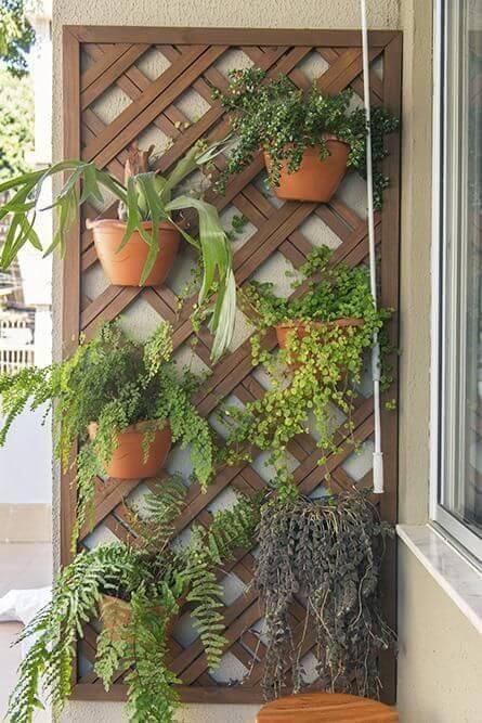 Jardim vertical na varanda com treliça