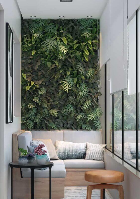 Jardim vertical na varanda com banco