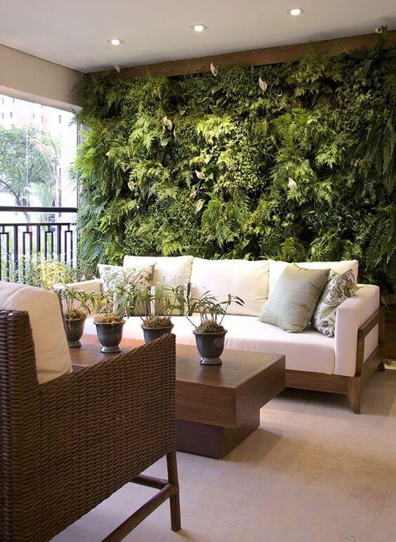 Decoração com Plantas - Varanda de apartamento com jardim vertical de samambaias na parede.