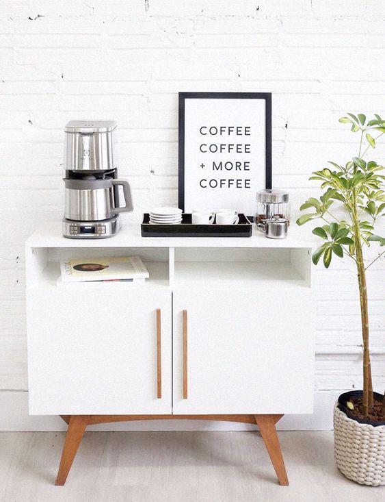 Móvel pequeno com artigos de café