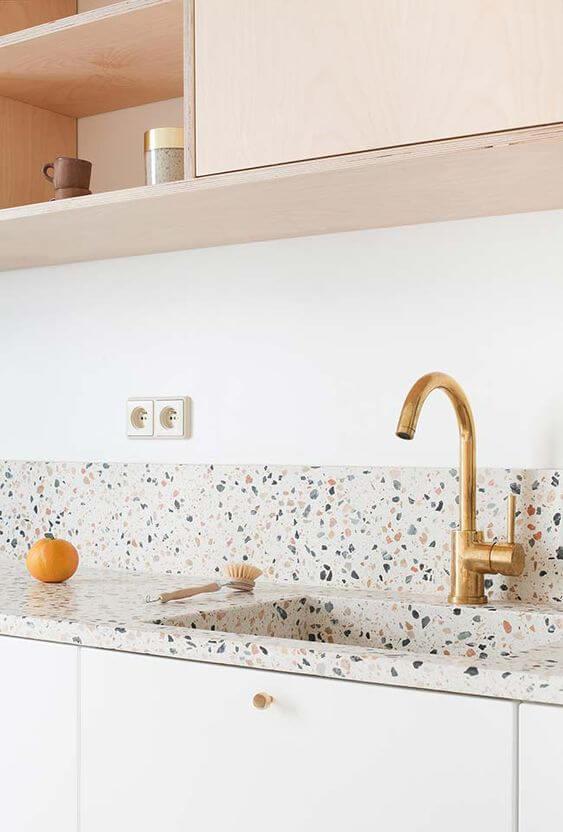 Revestimento Granilite - Pia de cozinha com torneira dourada