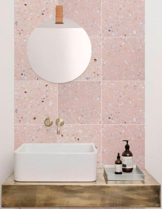 Revestimento Granilite na parede do banheiro