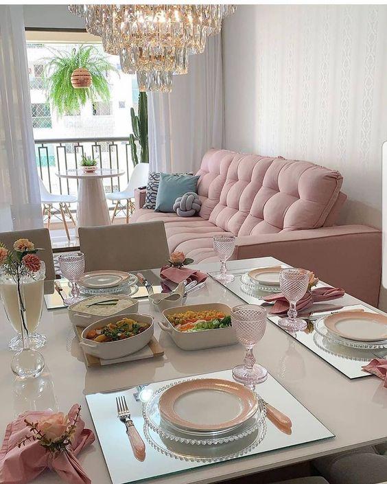 Sala com sofá rosa em apartamento pequeno
