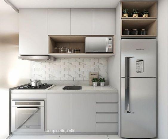 Cozinha cinza pequena e planejada com móveis de inox.