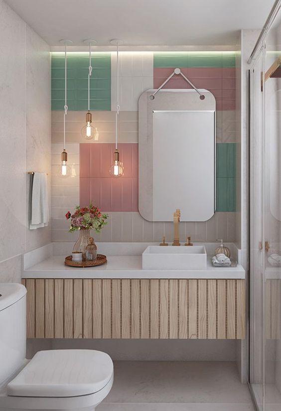 Projeto de Banheiro com azulejos coloridos, três luminárias pendentes.