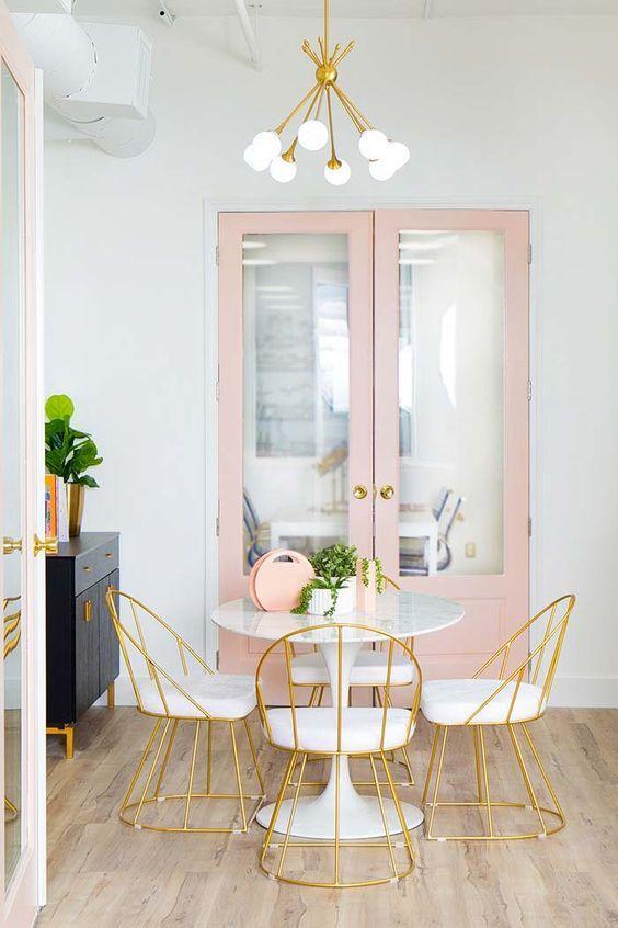 Sala de Jantar com cadeiras de ferro estofadas e armário rosa pastel