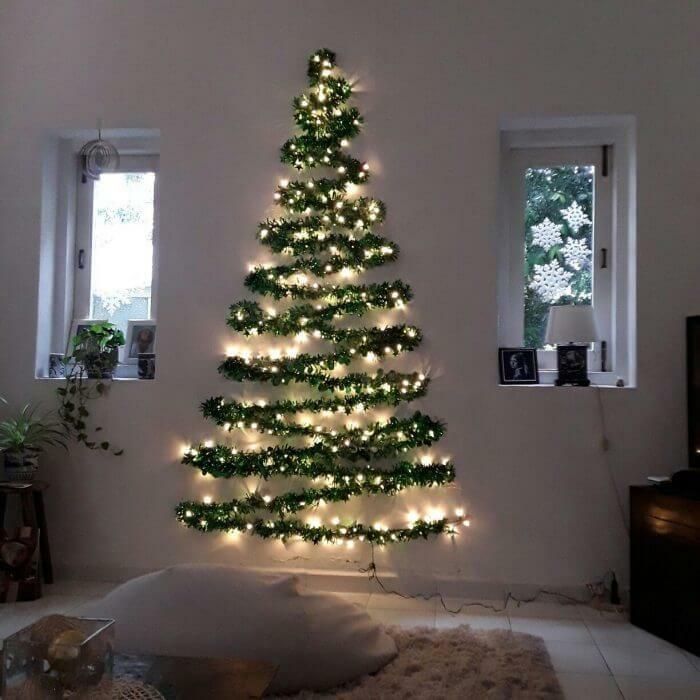 Decoração de Natal com árvore criativa na parede
