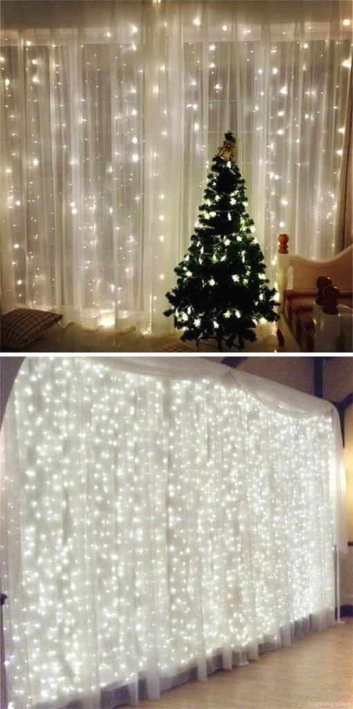 Pisca Pisca de Natal pendurado na cortina.