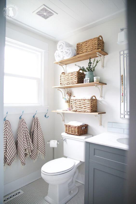 Reforma de banheiro usando prateleiras