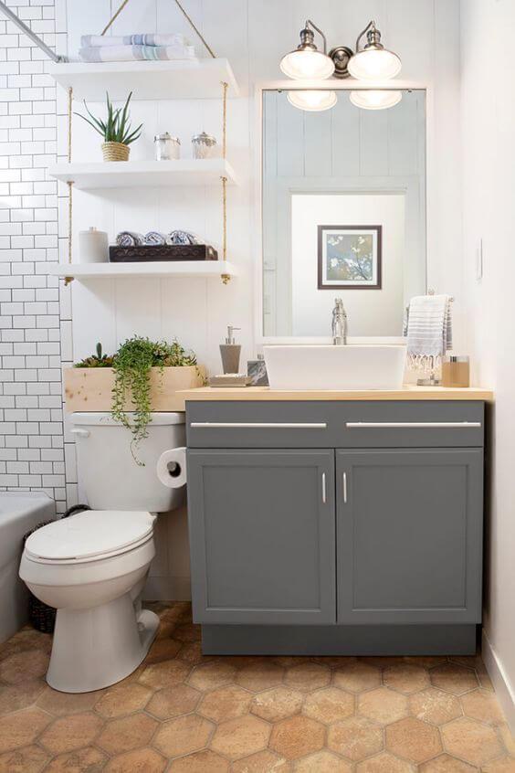 Reforma de banheiro: prateleiras sobre o vaso sanitário