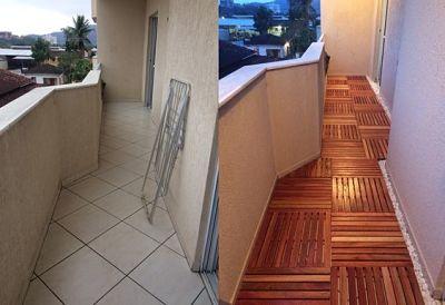 Deck de madeira modular na varanda de apartamento.