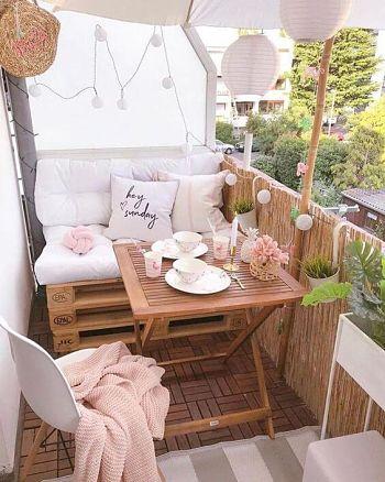 Decoração de varanda pequena com pallets, mantas, futons e almofadas.