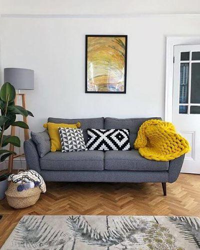 Sala pequena cinza e amarela