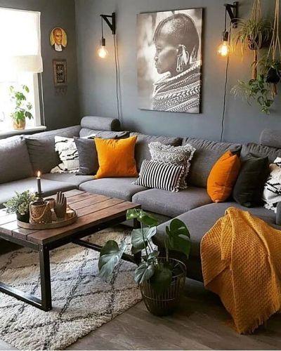 Sala pequena com sofá cinza e almofadas laranja