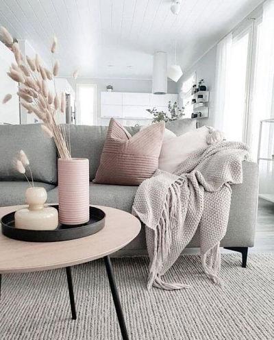 Cores que combinam com cinza: rosa. Sofá cinza com almofadas rosa