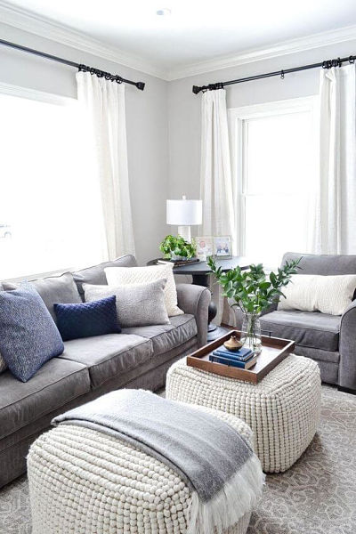 Sala com sofá cinza e almofadas azuis
