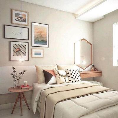 Decoração de quarto de casal simples com luminária pendente e quadros
