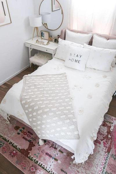 Decoração de quarto de casal simples com manta e almofadas