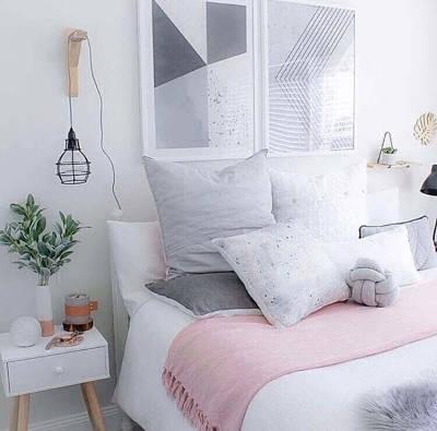 Decoração de quarto de casal simples com luminária pendente
