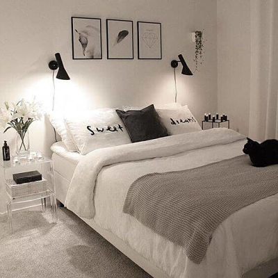 Decoração de quarto de casal simples com luminárias arandelas